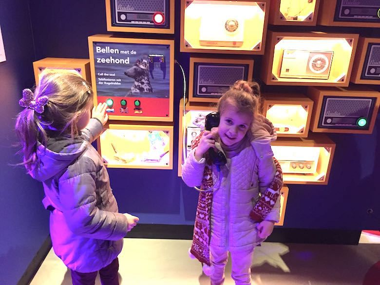 Twee meisjes bellen met een zeehond vanuit Ecomare op het Nederlandse Texel