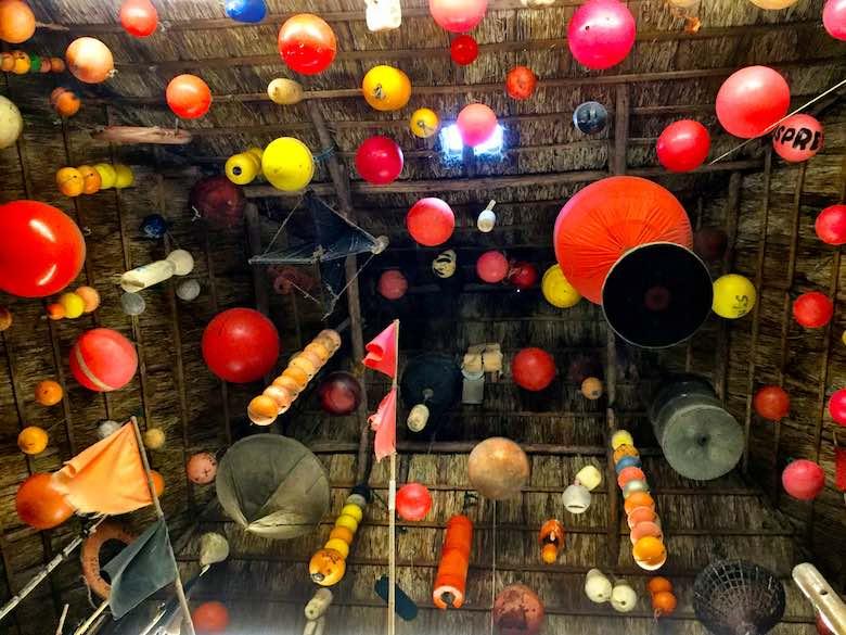 Verzameling boeien aan het plafond in een van de loodsen van Schipbreuk -en Juttersmuseum Flora op Texel