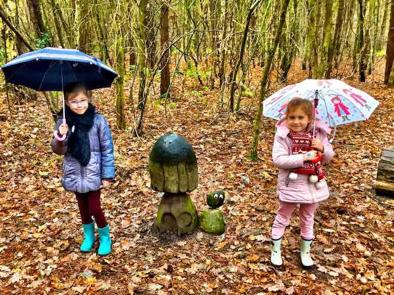 CosmopoliClan zusjes met een paraplu poseren met een Sommeltje in Texel