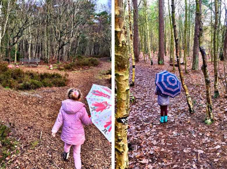 Twee meisjes met een paraplu ontdekken het Sommeltjespad tijdens een bezoek aan Texel met het gezin