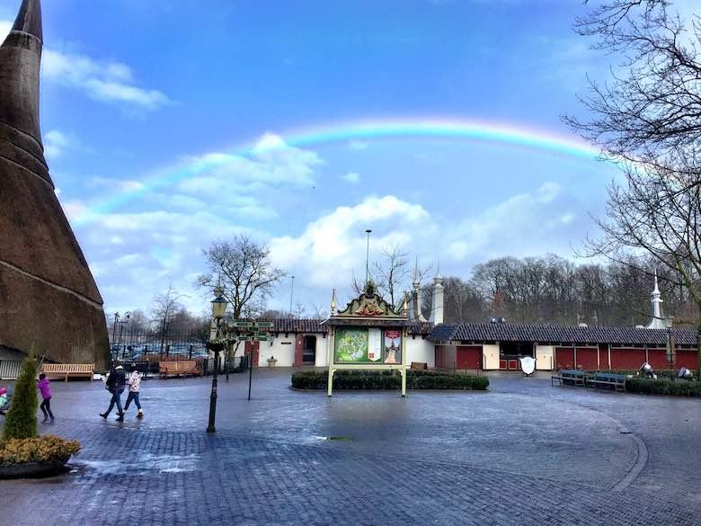 Regenboog boven de ingang van de Efteling