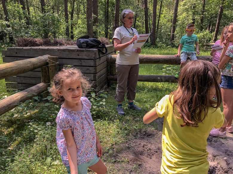 Kinderen luisteren naar de instructies van de ranger tijdens de Junior Ranger wandeling in Natuurpark Hoge Kempen in Limburg