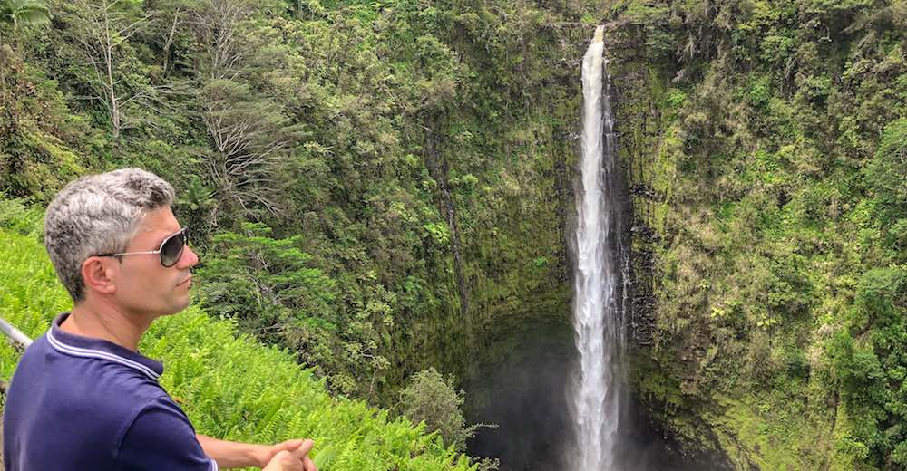 Man kijkt naar de spectaculaire Akaka falls nabij Hilo op Big island Hawaii, een hoogtepunt van elke reis op Hawaii