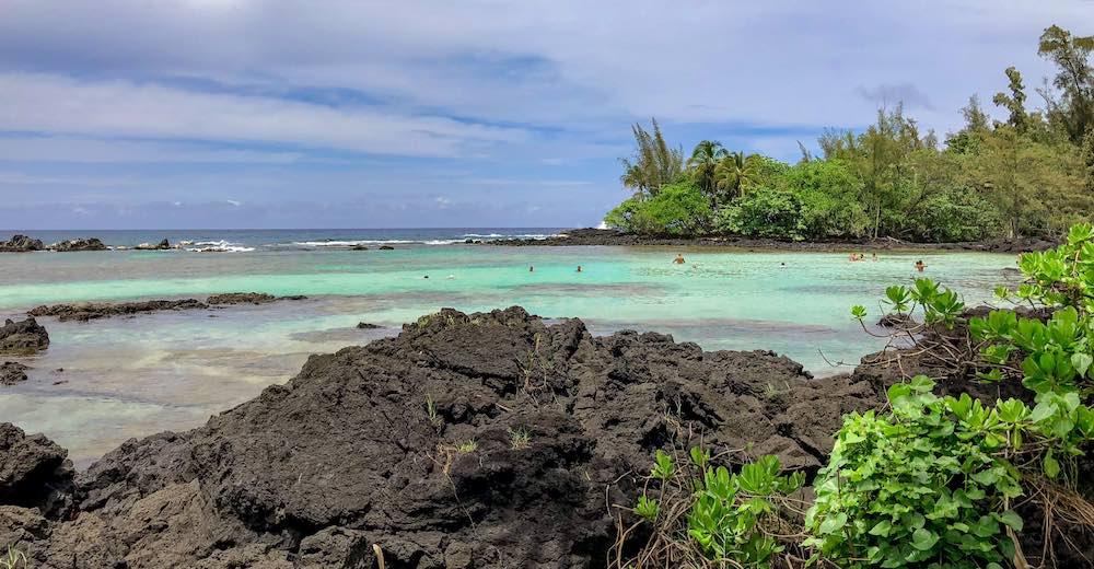 De lagune bij Carlsmith Beach Park in Hilo is het soort strand dat je kan verwachten in Hilo met zwarte lavarots in plaats van zand