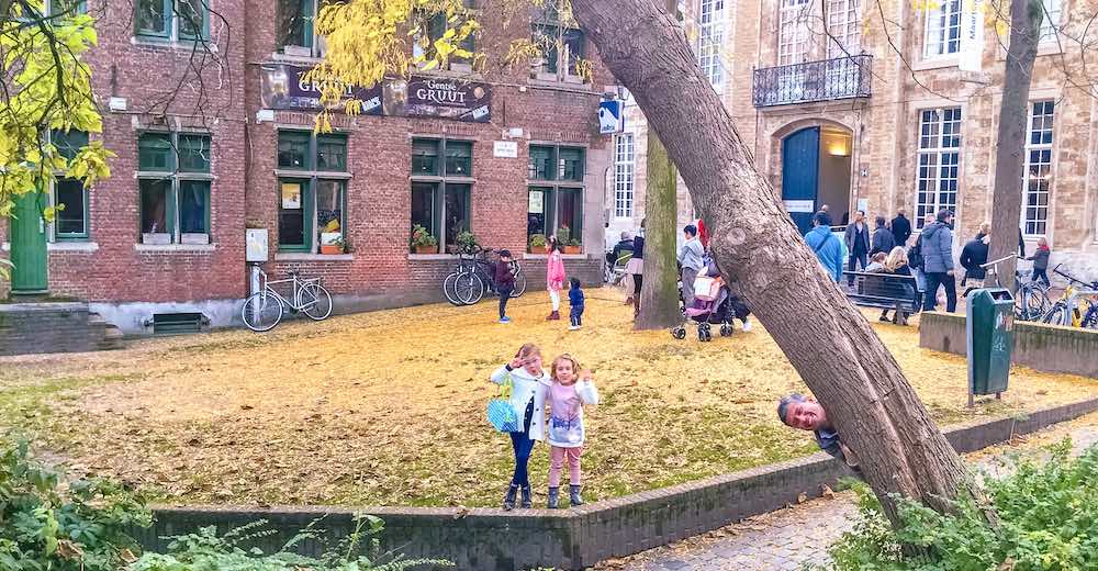 Two girls waving at the Appelbrugparkje in Ghent Belgium