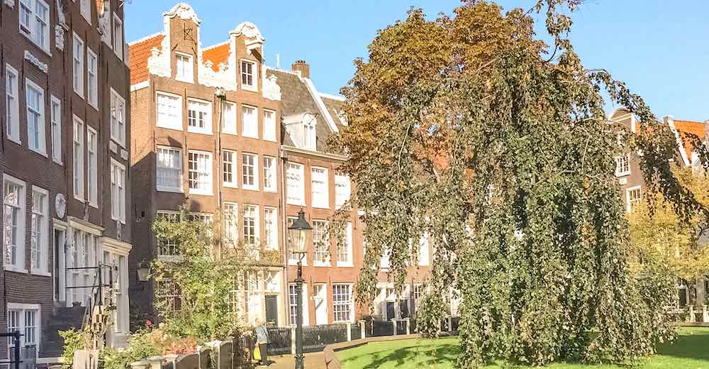Visiting the courtyard of the Begijnhof is a must when visiting Amsterdam 2 days