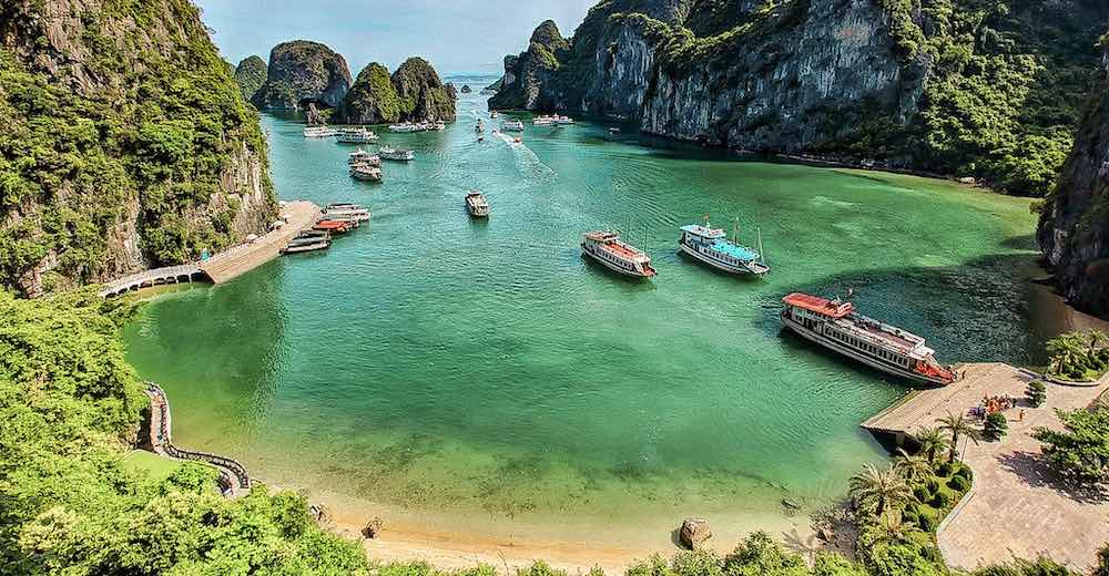 Halong Bay cruise tours mooring for an excursion