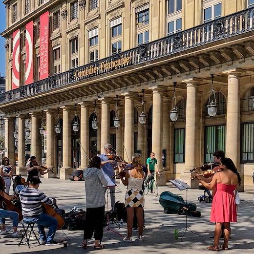 Band playing at the entrance of the Palais Royal Paris