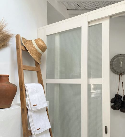 Hat and towel rack in the bathroom of an Airbnb Portugal Algarve